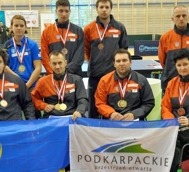 medaliści IMP wraz z trenerem IKS Jezioro Tarnobrzeg